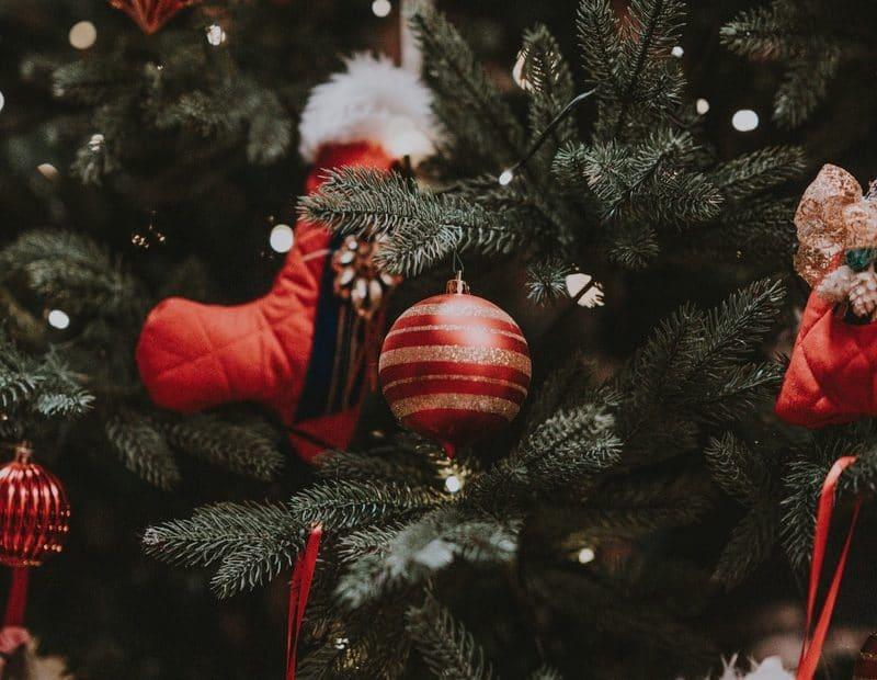 Décorations de Noël : Guirlandes, boules de Noël, couronne