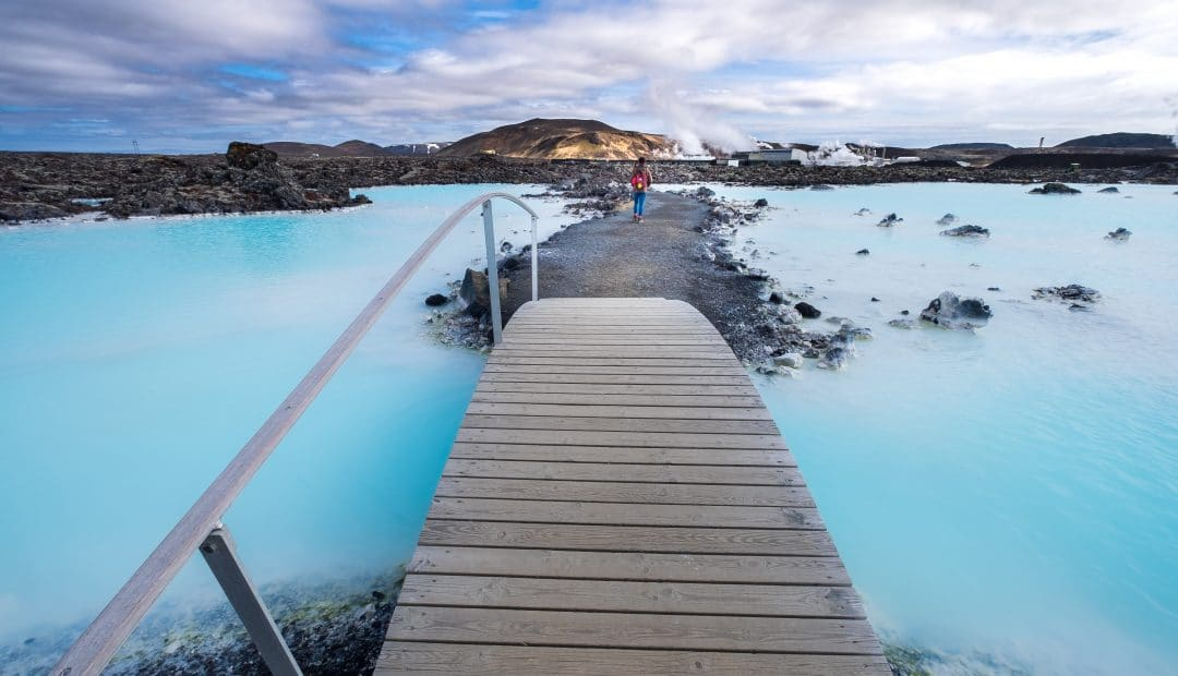 the blue laVoyage solo ou en groupeagoon geothermal spa is one of the most visited attractions in iceland